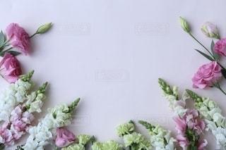 テーブルの上の花瓶に花束の写真・画像素材[2791397]