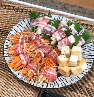 食べ物でいっぱいの皿の写真・画像素材[2536226]