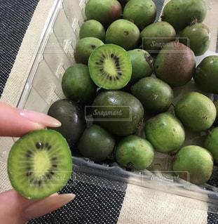 テーブルの上の緑のりんごの写真・画像素材[2542730]