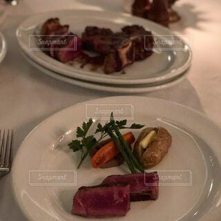 食べ物の皿をテーブルの上に置くの写真・画像素材[4118858]