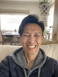 カメラに向かって微笑む男の写真・画像素材[2973419]