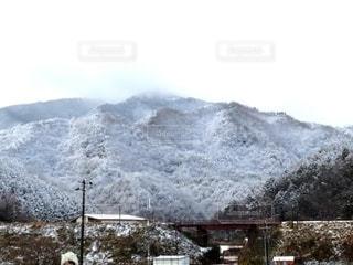 雪に覆われた山の写真・画像素材[2545848]