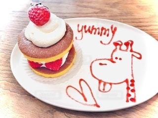 皿の上のケーキの写真・画像素材[2544346]