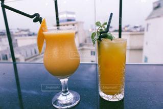 オレンジジュースのグラスを閉じるの写真・画像素材[2531497]