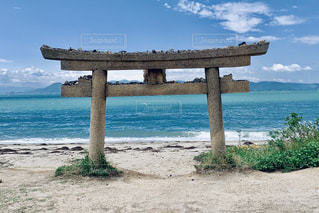 砂に埋まった鳥居(直島)の写真・画像素材[2539610]