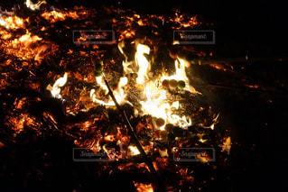 どんど焼きで団子を焼くの写真・画像素材[984537]