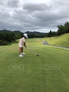 ゴルフをしている子供の写真・画像素材[2522976]