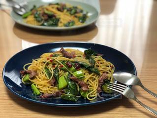テーブルの上の食べ物の皿の写真・画像素材[2534674]