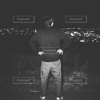 暗闇の中に立っている男の写真・画像素材[2522754]