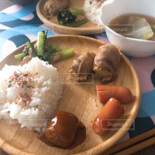 テーブルの上の食べ物の写真・画像素材[2525694]