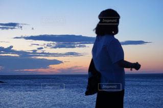 水域の隣に立つ男の写真・画像素材[2862816]
