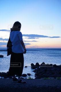 水域の隣に立つ人の写真・画像素材[2862818]