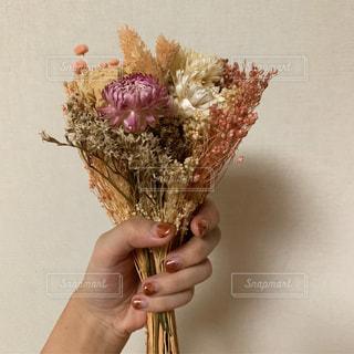 花を持っている人の写真・画像素材[3267419]