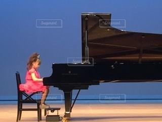 ピアノの前に座っている人の写真・画像素材[2542653]
