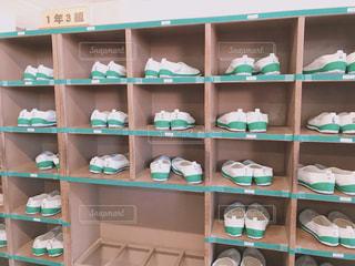 入学式当日の下駄箱まだ真っ白な上履きが並ぶの写真・画像素材[3214525]