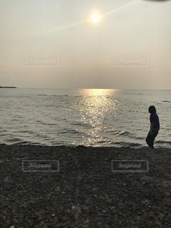 浜辺に立っている彼女の写真・画像素材[2534230]