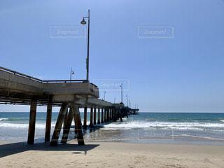 水の中に桟橋のあるビーチの写真・画像素材[2531934]