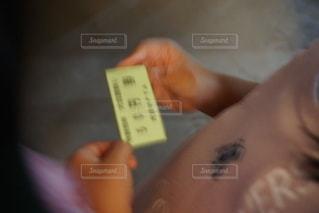切符を持つ子供の写真・画像素材[2545049]