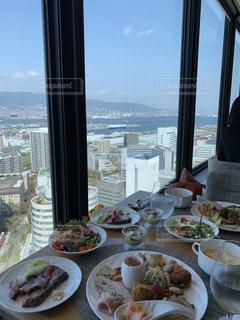 窓の横のテーブルの上の食べ物の皿の眺めの写真・画像素材[2537323]