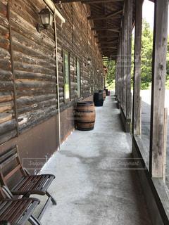 建物の側に木製のベンチの写真・画像素材[1263285]