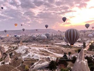 カッパドキアの気球と奇岩の写真・画像素材[2525539]
