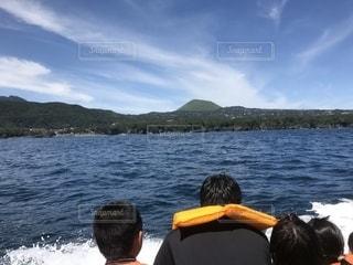 水域の前に立つ人々のグループの写真・画像素材[2542374]