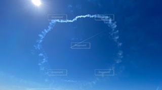 旅客機とブルーの飛行機雲の写真・画像素材[3175493]