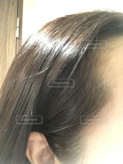 耳にかけた髪から白髪が…。の写真・画像素材[3794668]