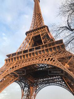 下から見たエッフェル塔の写真・画像素材[2529052]