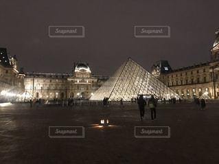 ルーヴル美術館夜景の写真・画像素材[2542039]