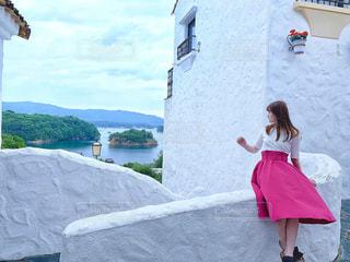 山の前に立っている人の写真・画像素材[2541464]