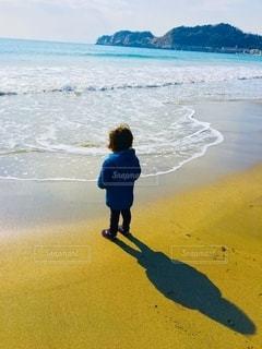 海を見つめる子供の写真・画像素材[2619149]