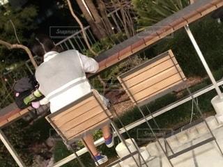 フェンスの隣に座っている木製のベンチの写真・画像素材[2534177]