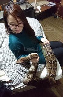 ヘビとの戯れの写真・画像素材[2565083]