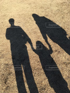 影の3人家族の写真・画像素材[2540111]