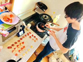 台所で食べ物を準備している人の写真・画像素材[3084841]