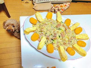 食べ物の皿をテーブルの上に置くの写真・画像素材[3111535]