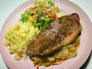 肉と野菜をトッピングした白い皿の写真・画像素材[3284384]