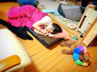 小さな子供がラップトップのキーボードに横たわっているの写真・画像素材[3288949]