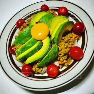 食べ物の皿をテーブルの上に置くの写真・画像素材[3388784]