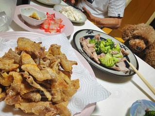 食べ物の皿を持ってテーブルに座っている人々のグループの写真・画像素材[3472118]