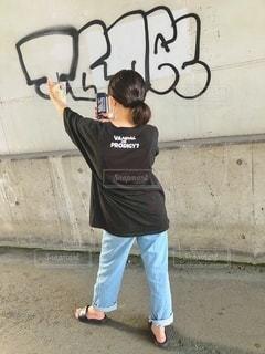 建物の前に立っている少年の写真・画像素材[3502762]