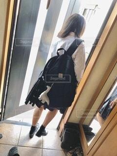 鏡の前に立ってカメラのポーズをとる人の写真・画像素材[3644187]
