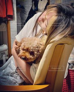 抱く 寝る 椅子 画像 素材 写真の写真・画像素材[4819830]