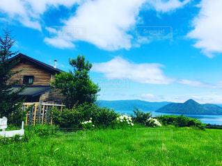 緑豊かな洞爺湖に佇むカフェの写真・画像素材[2544512]