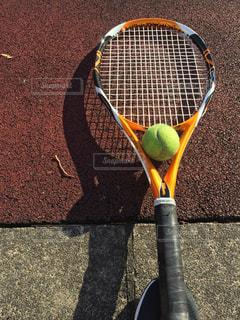 テニスラケット&ボールの写真・画像素材[2672598]