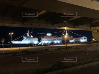 夜にライトアップされる飛行機の写真・画像素材[2541561]
