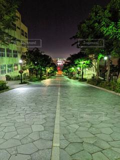レンガ造りの建物の前の空の歩道のクローズアップの写真・画像素材[2541562]