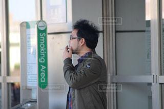 喫煙所でタバコの写真・画像素材[2554826]
