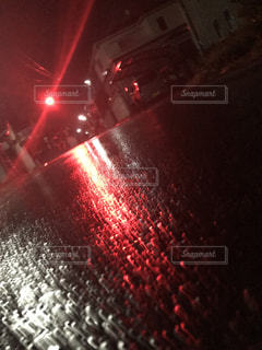 夜の赤い光のクローズアップの写真・画像素材[2544321]